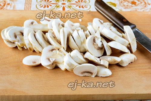 нарезать грибы пластинками