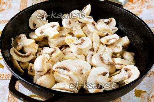 выложить грибы на сковороду и жарить на медленном огне