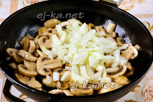 грибы посолить и нарезать лук