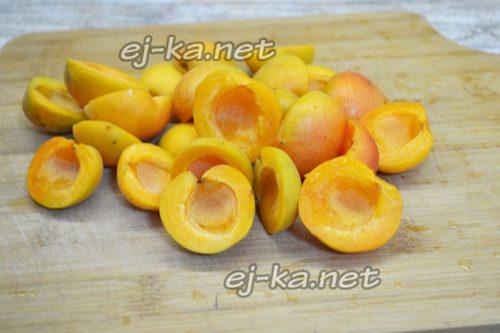 Разрезаем абрикосы на половинки