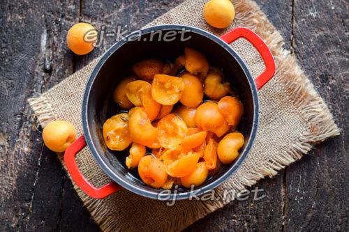 Добавляем дольки абрикосов