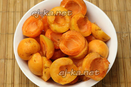 абрикосы вымыть, вынуть косточки и разделить на две части