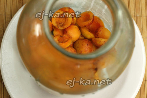 заполнить подготовленные банки абрикосами