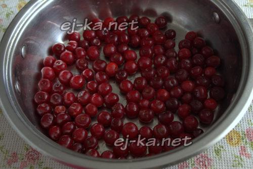 вишню промыть, при необходимости вынуть косточки и просушить ягоду