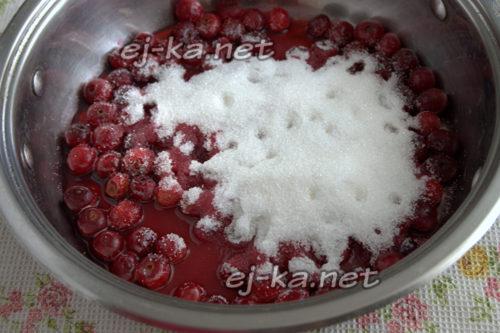 добавить сахар и нагреть ягодную массу