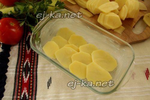 Выкладываем картофель слоями