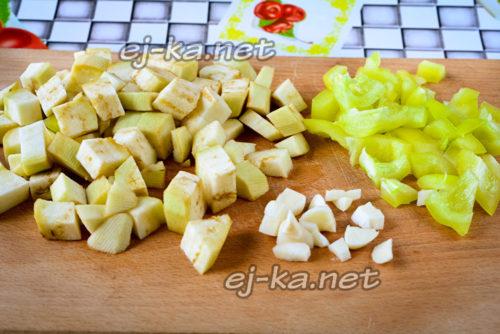 нарежем кубиками баклажаны, сладкий перец и чеснок