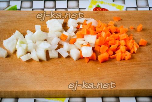 лук и морковь нарезаем кубиками небольшого размера