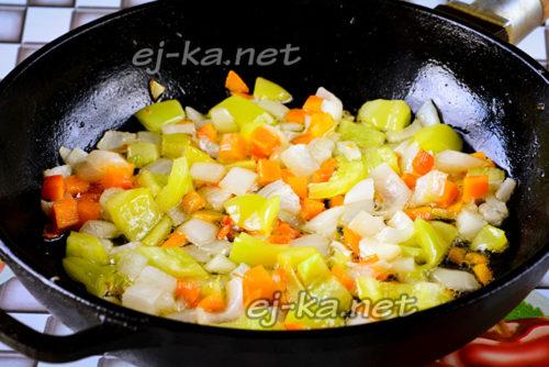 обжариваем лук, морковку, сладкий перец и чеснок