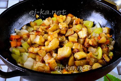 к овощам добавляем баклажаны и перемешиваем, солим