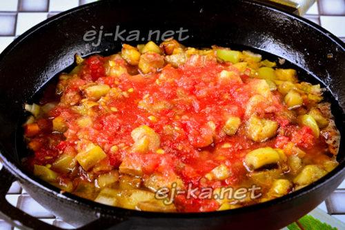 наливаем томатный сок к овощам и снова перемешиваем