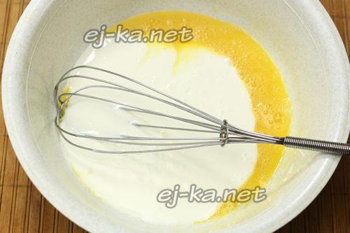взбиваем яйцо и кефир