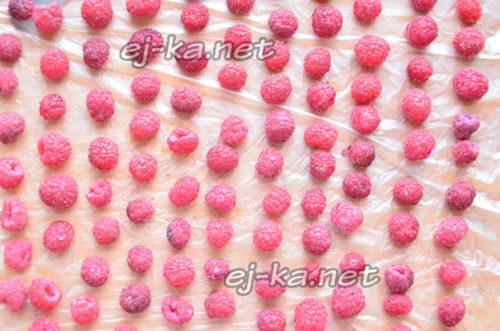 выложить ягоды на поверхность, застеленную целлофаном