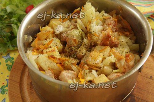 мясо, овощи в кастрюле