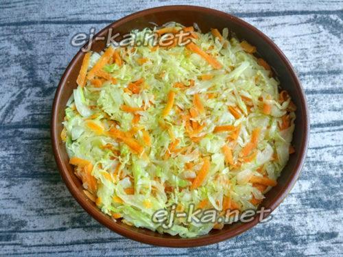 далее оставшуюся капусту с морковью