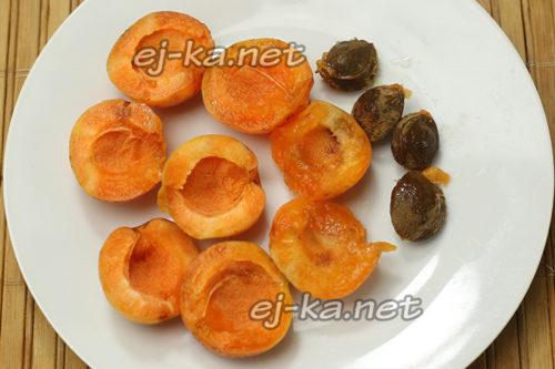абрикосы промыть, косточки удалить и разрезать пополам
