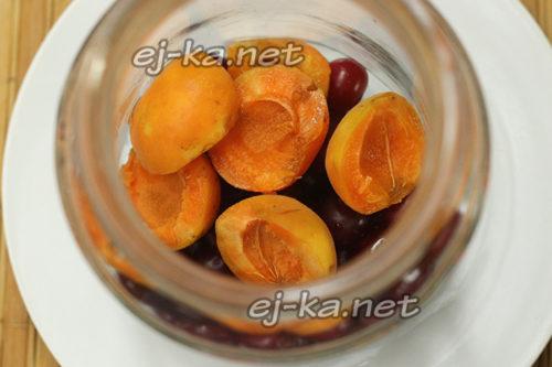 подготовить банки и заполнить их вишней и абрикосом