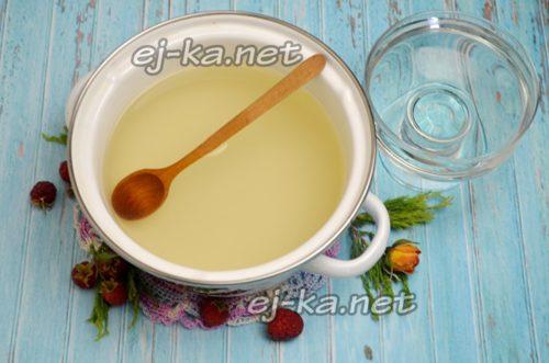 добавить воду и довести сироп до кипения