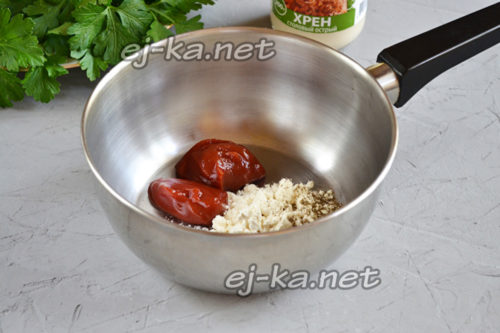 томатная паста, мука и специи