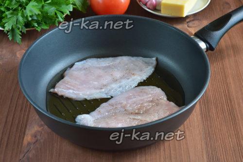 кусочки филе на сковороде