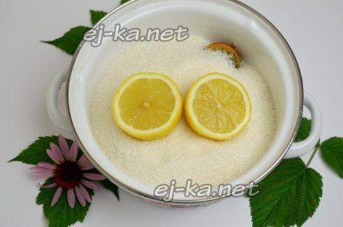 лимон разрезают на две части и выдавливают сок