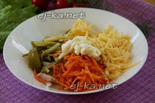 Смешивание продуктов в салате