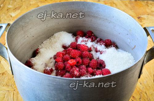 малина и сахар в кастрюле