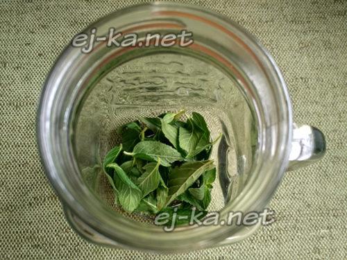мяту промыть, обсушить и оборвать листья и выложить на дно стакана