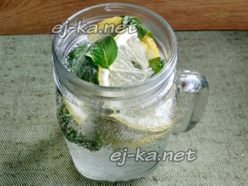 залить содержимое стакана охлаждённым спрайтом