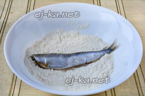 каждую рыбину солим, чуть перчим, потом обваливаем в муке