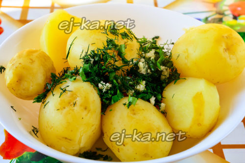 Смешиваем зелень и картошку