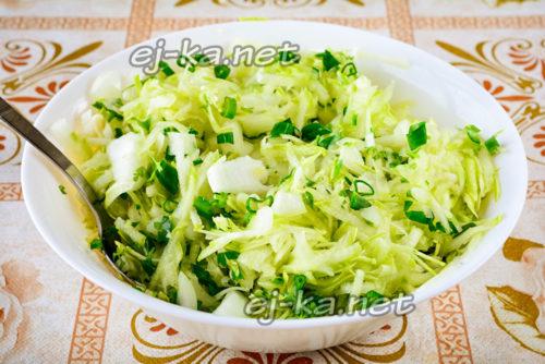 смешиваем кабачки, зелень, лук