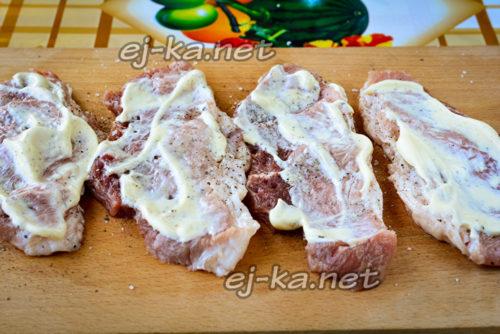 смазывание мяса майонезом