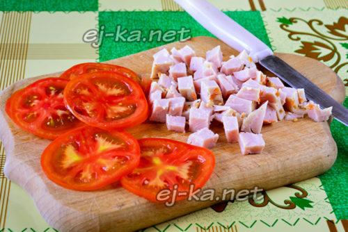 нарезаем помидоры и ветчину