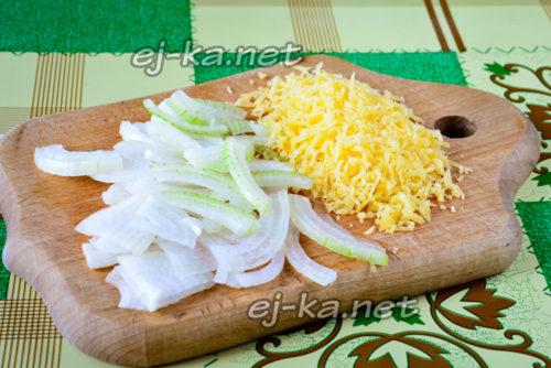 нарезаем лук и трем сыр
