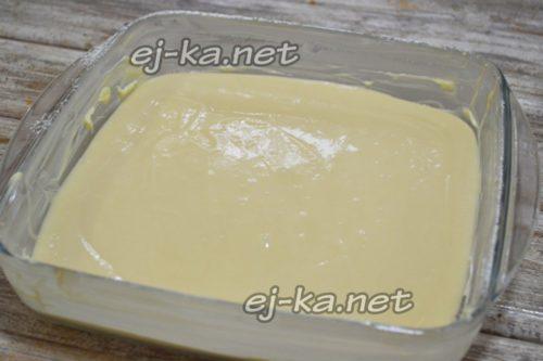 заливаем тесто в форму