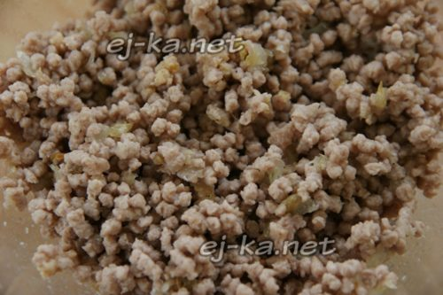 добавить бульон, соль, перец и перемешать фарш