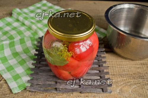 Добавление маринада в банку с томатами
