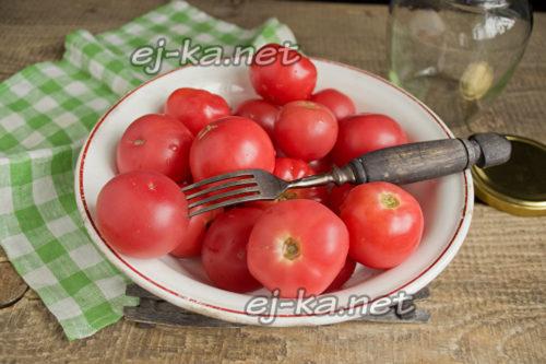 Накалываем томаты вилкой