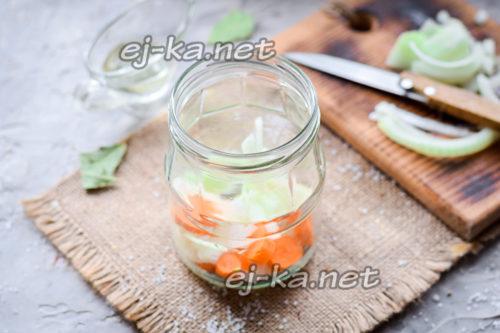 лук и морковь в банке