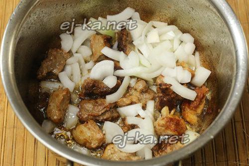 лук режем, добавляем к мясу и обжариваем