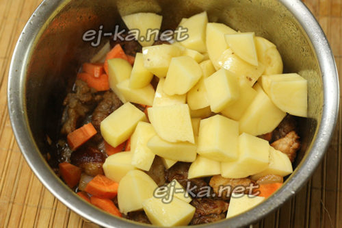 добавляем морковь, картофель и специи