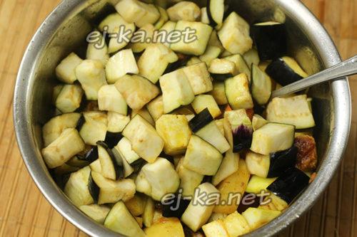 добавляем баклажаны, соль и перец