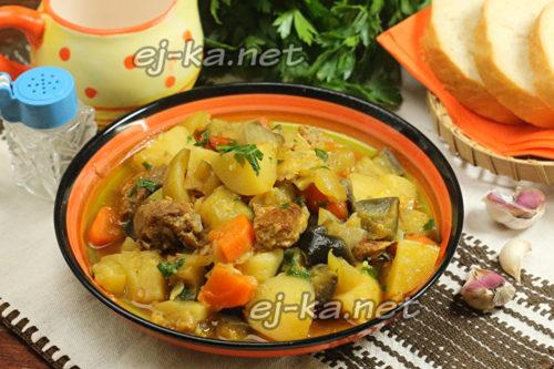 готовое овощное рагу с мясом украшаем зеленью