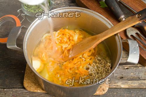 добавить горячий мясной или куриный бульон и варить до готовности