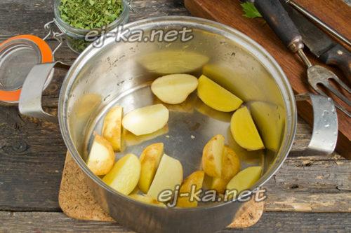 в кастрюлю выложить нарезанную крупно молодую картошку