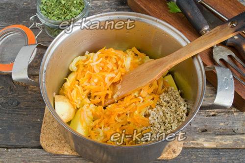добавить в кастрюлю пассерованные овощи