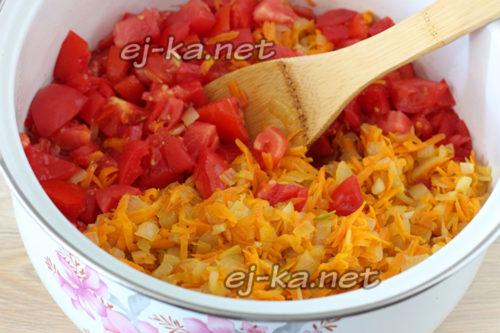 смешанные лук и морковь и помидоры