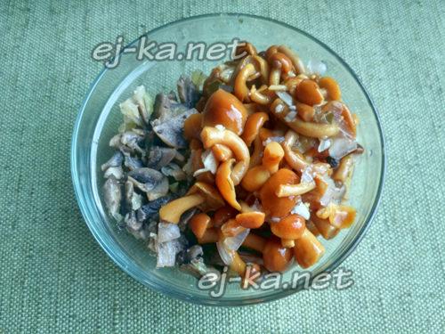 смешать маринованные и жареные грибы