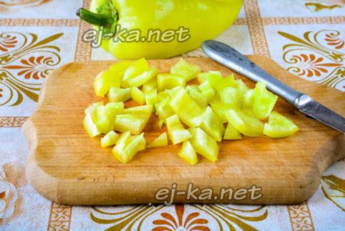 сладкий перец почистить от семечек и нарезать кубиками